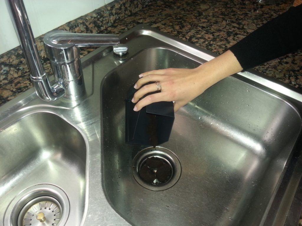El café para desatascar tuberías. No funciona es un falso mito.