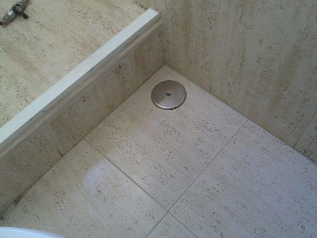 Registro en el suelo de llave de vaciado para circuito de calefacción.